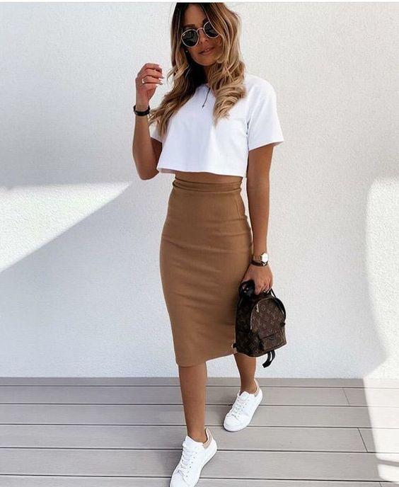 λευκό t-shirt_με_καφέ μάξι φούστα_