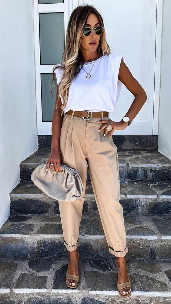 λευκή_μπλούζα_με_μπεζ_παντελόνι_