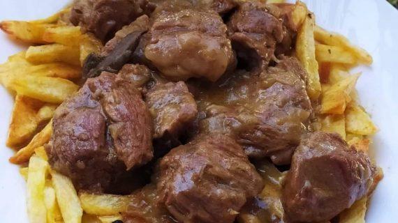 Μοσχαράκι λεμονάτο_κατσαρόλας_με πατάτες τηγανητές_