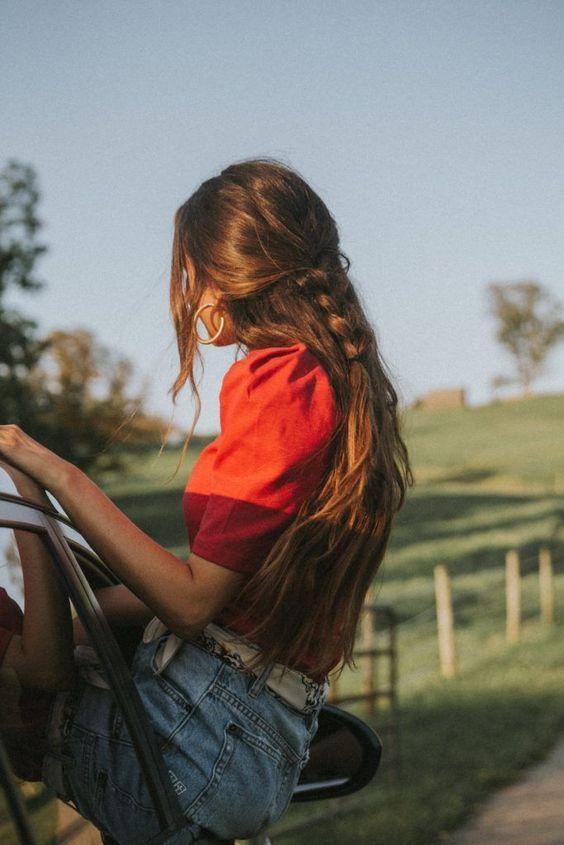 ελεύθερα μαλλιά_με_πλεξούδα_τον_Αύγουστο_