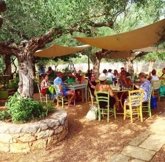 30 ευρώ την ημέρα και exclusive γεύμα: Το ωραιότερο χωριό της Ελλάδας δίνει στις διακοπές σου την αξία που θέλεις (Pics)