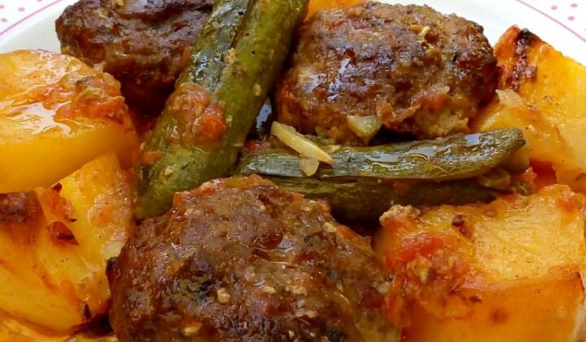 Κοκκινιστά μπιφτέκια με κολοκυθάκια και πατάτες_