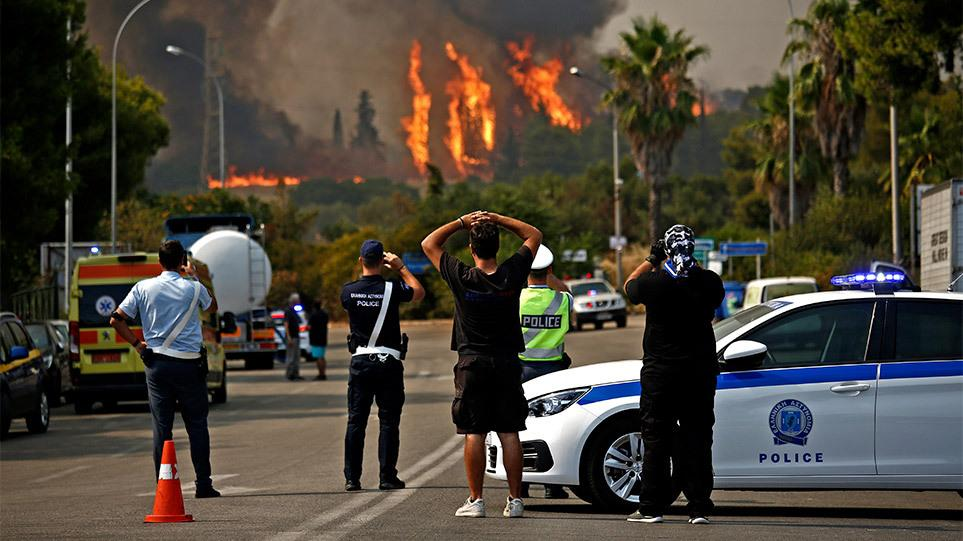 Δείτε live την φωτιά στη Βαρυμπόμπη