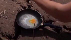 Απίστευτο βίντεο από τη DW για τον καύσωνα στην Ελλάδα: Άνδρας τηγανίζει αυγό στον ήλιο