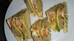 Κλαμπ σάντουιτς με κεφτεδάκια που περίσσεψαν