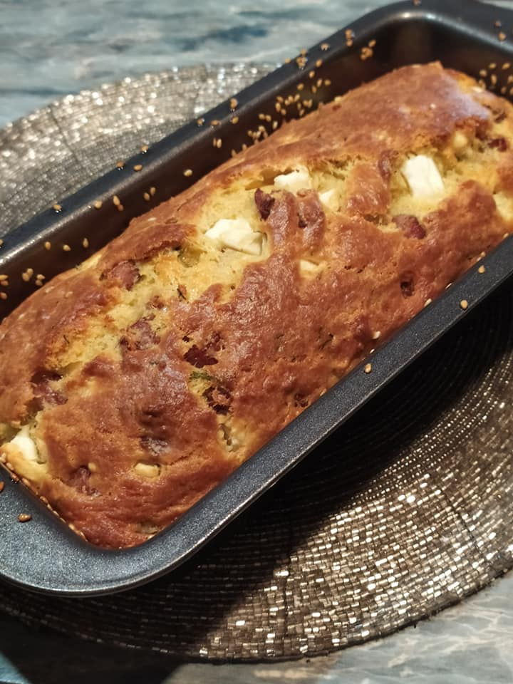 Αλμυρό -κέικ-με-φέτα-και-χωριάτικο-λουκάνικο-