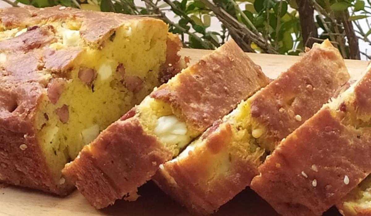 Αλμυρό-κέικ -με -φέτα- και -χωριάτικο- λουκάνικο-