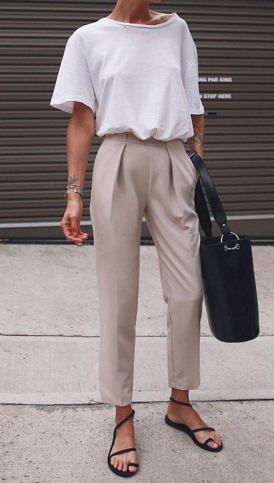 λευκό_t-shirt_με_μπεζ_παντελόνι_