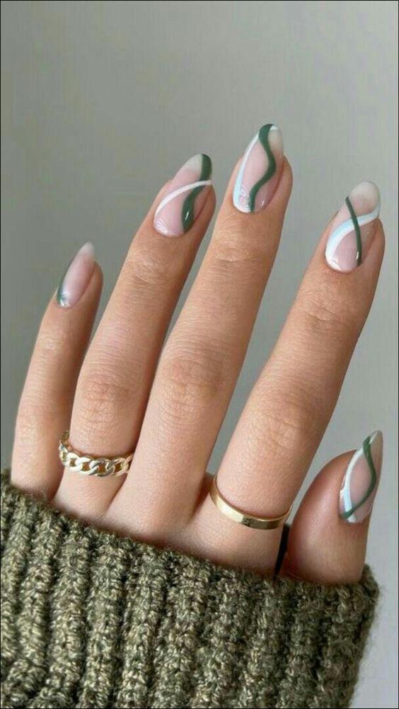 γαλακτερά_νύχια_με_πράσινες_λεπτομέρειες_