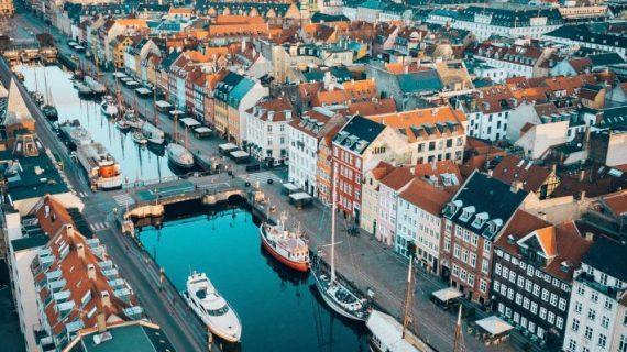 Τον υποβιβάζει σε εποχική γρίπη: Η πρώτη χώρα της Ευρώπης που τελείωσε τον κορωνοϊό ως μη κοινωνικά κρίσιμη νόσο