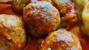 Κεφτεδάκια -με- πιπεριές- και- σάλτσα-