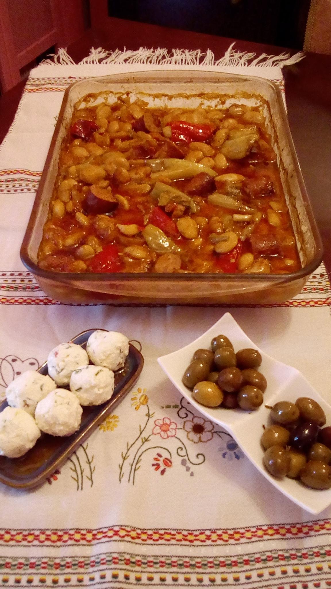 Γίγαντες- στον- φούρνο- με- χωριάτικο- λουκάνικο-
