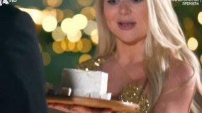 Η 26χρονη παίκτρια του «Bachelor» που έφερε δώρο … φέτα στον Παππά. Την λάτρεψε το twitter! (εικόνες)