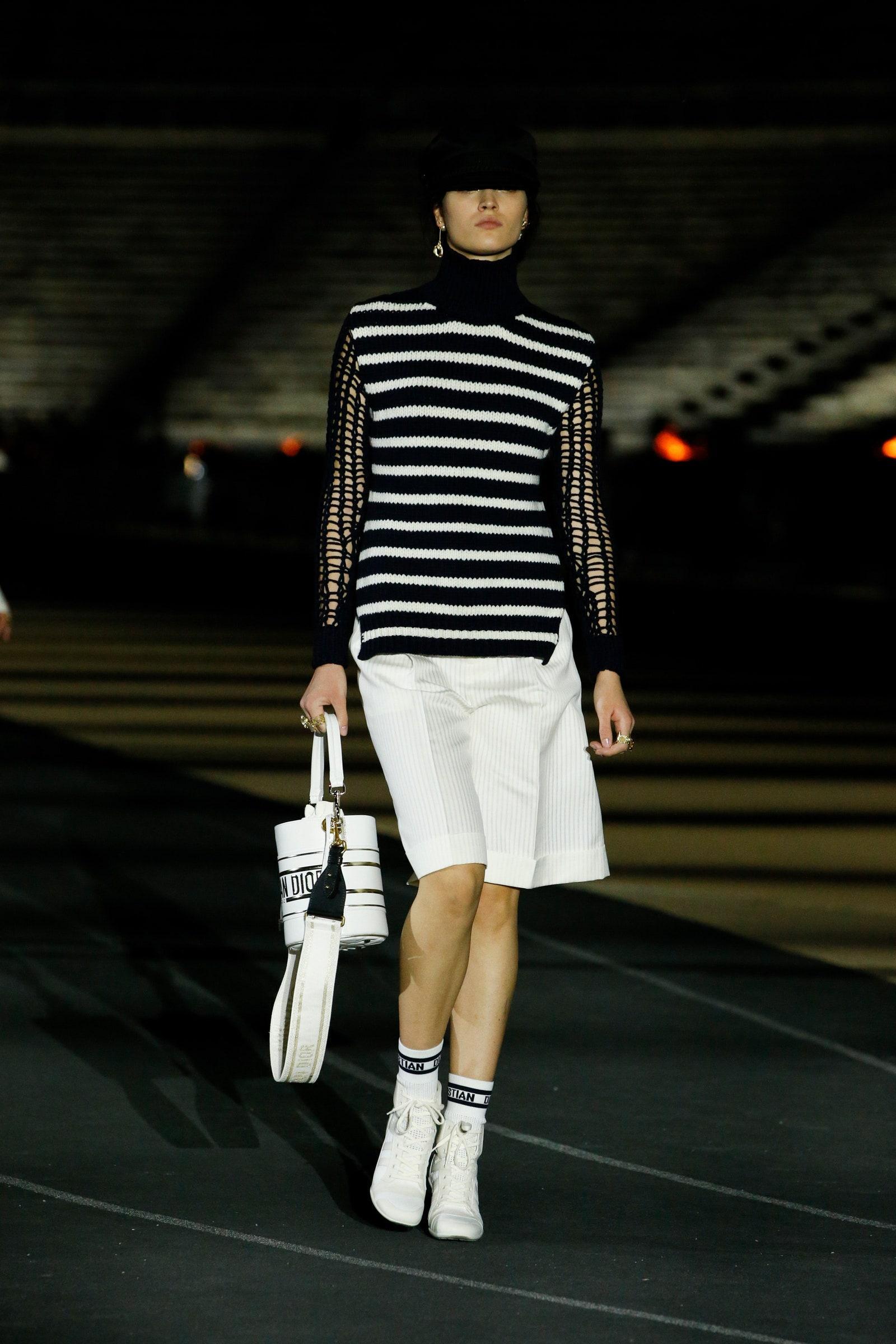 πουλόβερ_με_Sailor Stripes_για_το_Φθινόπωρο_με_λευκη φούστα_