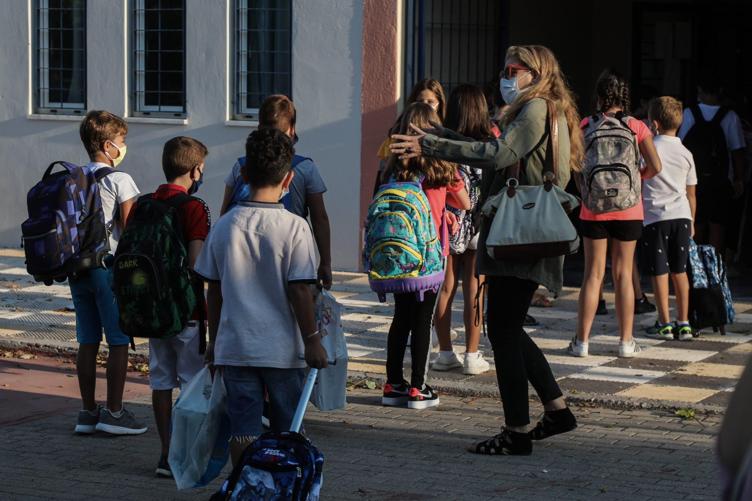 Ματίνα Παγώνη –  Πρόταση για συνεργεία εμβολιασμού έξω από τα σχολεία