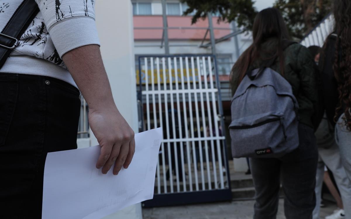 Έβαλαν χειροπέδες σε γονείς που πήγαν παιδί χωρίς self test σε σχολείο