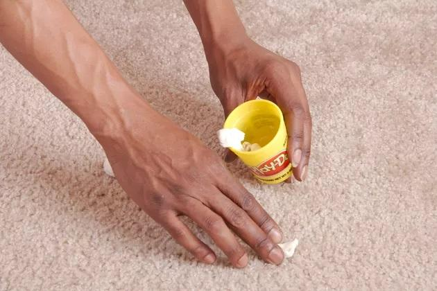 πως-να-καθαρίσετε-την-πλαστελίνη-από-την-μοκέτα-κόλπα καθαρισμού-