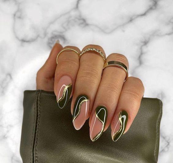 indie nails-με-κυπαρισσί-μπεζ-και-χρυσό-χρώμα-