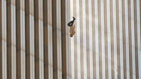 Ο άντρας που πέφτει στο κενό: Η ταυτότητα του ανθρώπου που έγινε το σύμβολο των Δίδυμων Πύργων (Pics)