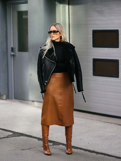 καφέ-μάξι-δερμάτινη φούστα-με-μαύρο-πουλόβερ-και-καφέ-μπότες-