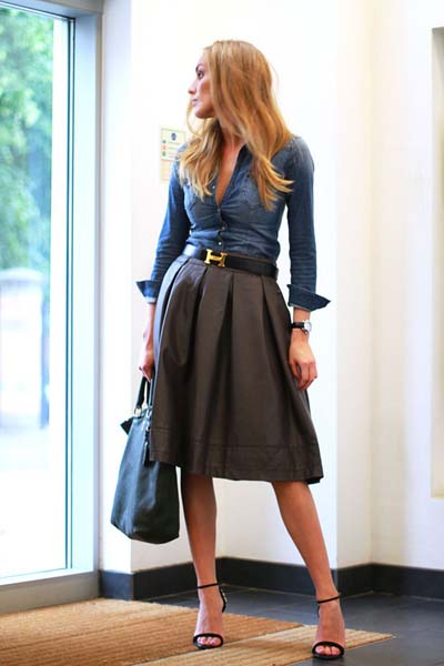 γκρι-δερμάτινη-φούστα-με-πιέτες-και-μπλε-πουκάμισο-