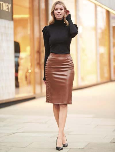 καφέ-δερμάτινη φούστα-με-μαύρο-πουλόβερ-