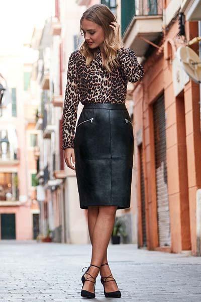 μαύρη-δερμάτινη φούστα-με-πουλόβερ-animal print-ιδέες-