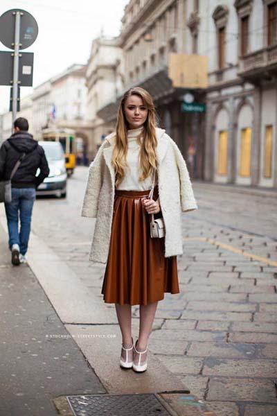 καφέ-δερμάτινη φούστα-με-πιέτες-ιδέες-
