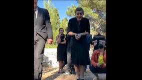Άγριες Μέλισσες – Απίθανο βίντεο : Η Ελένη θρηνεί πάνω από τον τάφο του Μιλτιάδη