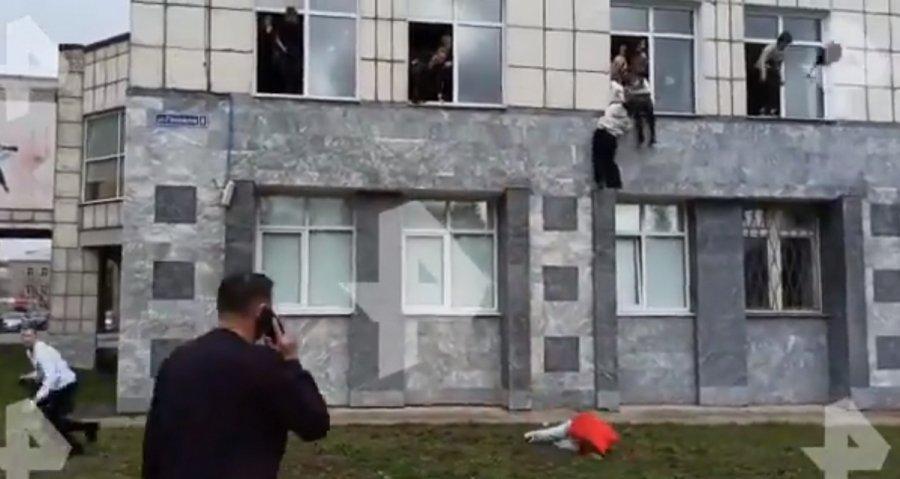 Επίθεση σοκ σε πανεπιστήμιο: Πηδούν στο κενό  – βίντεο