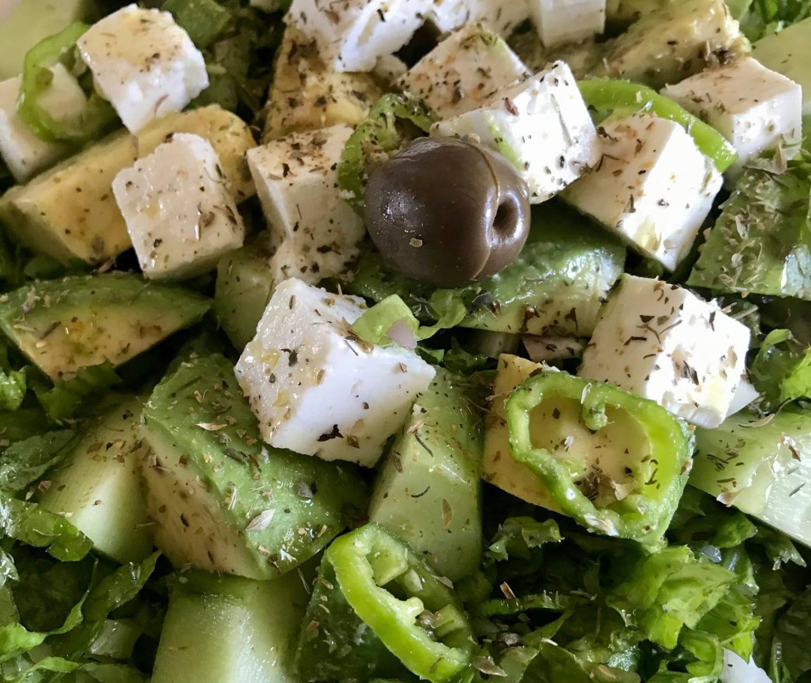 Σαλάτα με αβοκάντο ,φέτα και ελιές