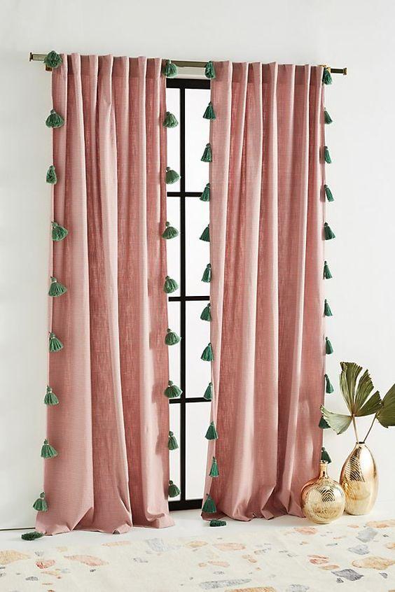 ροζ-κουρτίνες-με-πράσινα-πομ-πομ-