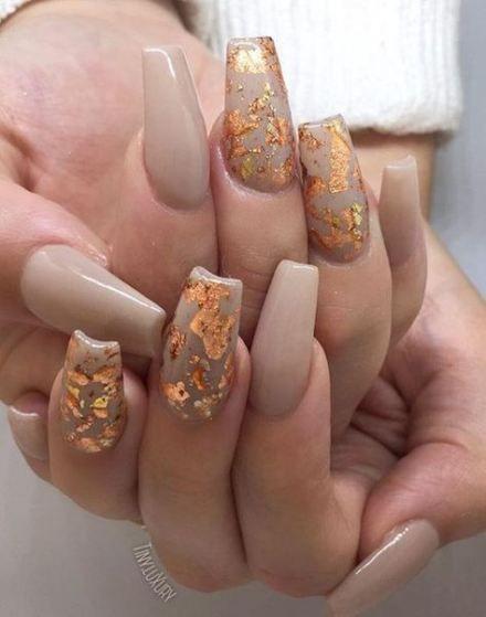 μπεζ-νύχια-με-χρυσά-φύλλα-