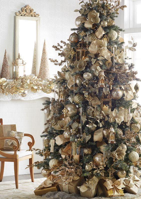 Χριστούγεννα 2021 2022-χριστουγεννιάτικο-δέντρο-με-χρυσά-χριστουγεννιάτικα στολίδια-