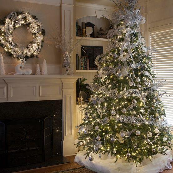 norman-χριστουγεννιάτικο δέντρο-με-ασημένια-χριστουγεννιάτικα-στολίδια-