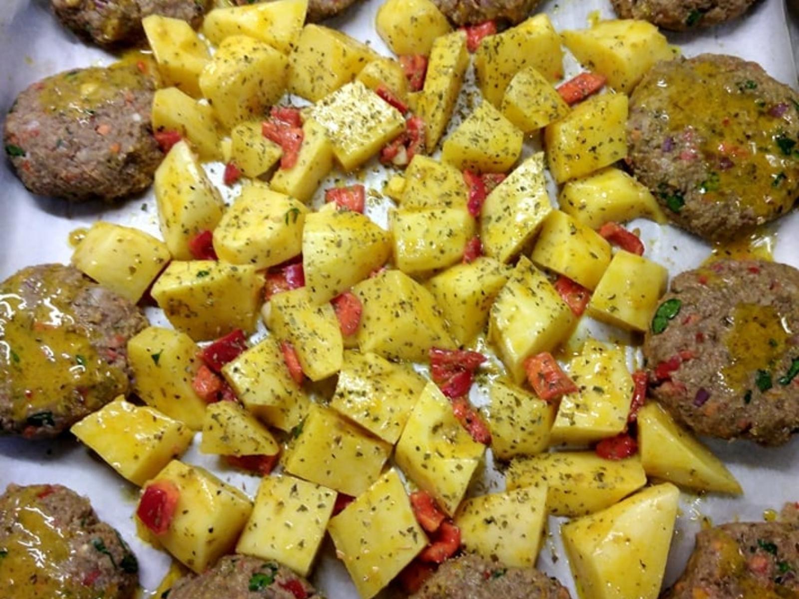 Μπιφτέκια- φακής- με πατάτες- στο -φούρνο-
