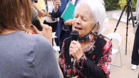 H 85χρονη Μαίρη Λίντα τραγουδά σε εκδήλωση του γηροκομείου όπου ζει και συγκινεί!