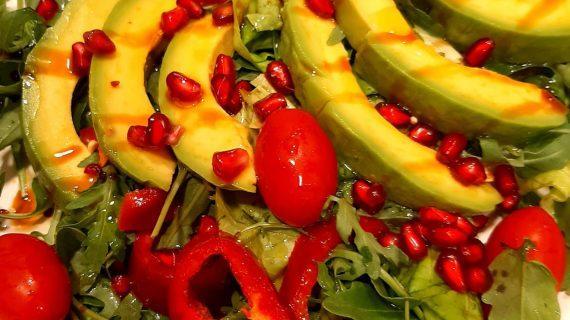 Υγιεινή-σαλάτα-με αβοκάντο-και-ρόκα-