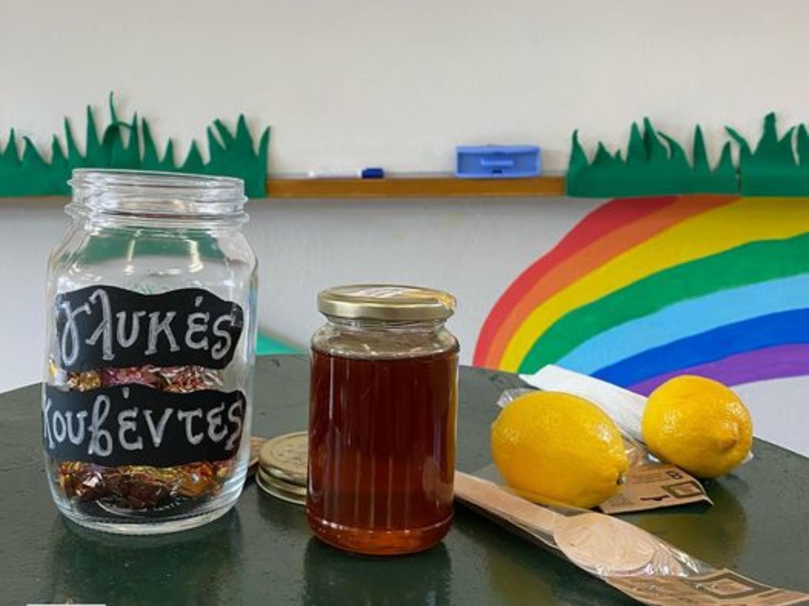 Δάσκαλος-διδάσκει-την-ευγένεια-με-λεμόνια-σοκολατάκια-και-μέλι-