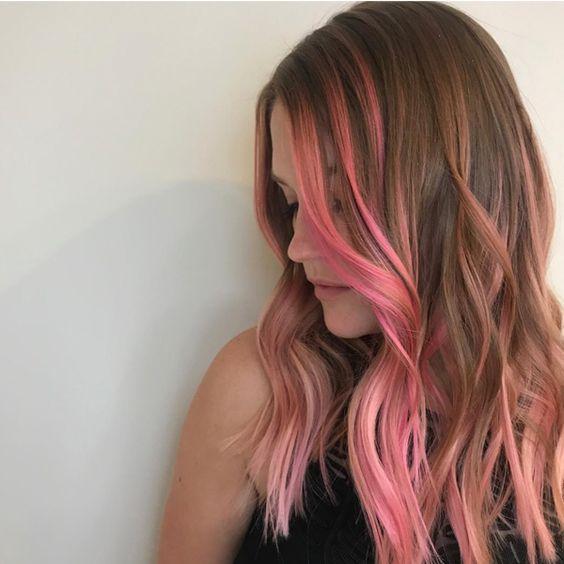 ροζ ανταύγειες-σε-καστανά μαλλιά-