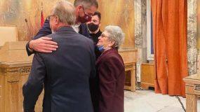 Μια υπέροχη ιστορία αγάπης: Ζευγάρι ηλικιωμένων 87 και 85 ετών παντρεύτηκε στο δημαρχείο της Αθήνας! (εικόνα)
